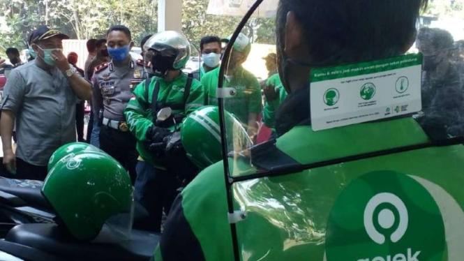 Wali Kota Depok Mohammad Idris saat penandatangan pakta integritas bersama sejumlah pengemudi ojol untuk pengoperasian angkutan berbasis aplikasi itu di Depok pada Selasa, 7 Juli 2020.