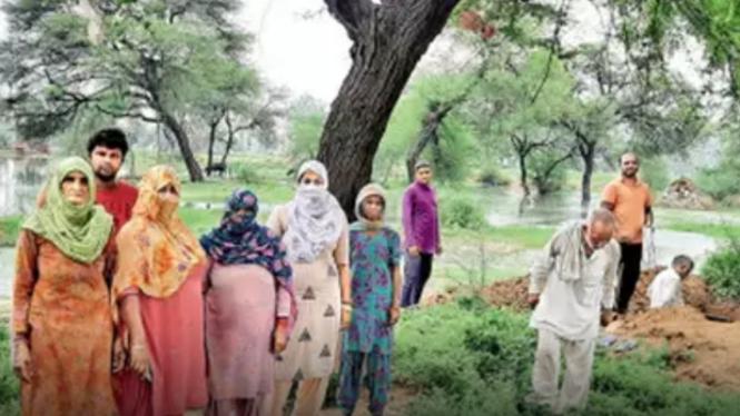 Sebuah keluarga Muslim yang menguburkan kerabatnya di tanah komunitas Hindu