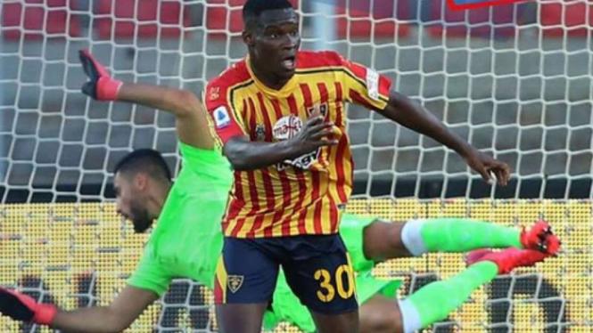Bomber Lecce, Khouma Babacar rayakan gol ke gawang Lazio.