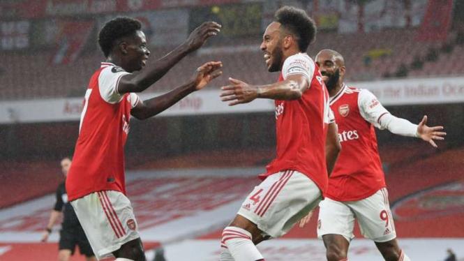 Pemain Arsenal rayakan gol Pierre-Emerick Aubameyang.