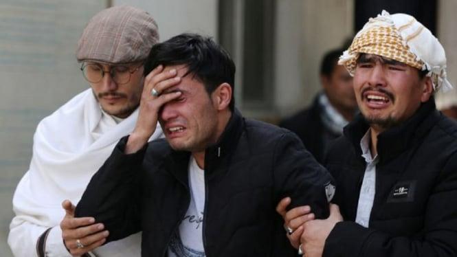 Ilustrasi tiga lelaki menangis