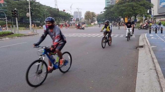 Pesepeda sedang berolahraga di kawasan Bintaro Jaya.