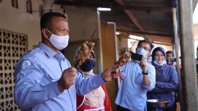 Menteri Edhy saat menemui pelaku usaha ikan asap di Kabupaten Demak, Jawa Tengah Tengah.
