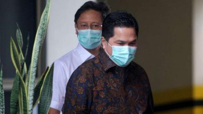 Menteri Badan Usaha Milik Negara (BUMN) Erick Thohir (kanan) dan Wakil Menteri BUMN Budi Gunadi Sadikin berjalan keluar dari pintu belakang Gedung Komisi Pemberantasan Korupsi (KPK) di Jakarta, Rabu (7/7/2020).