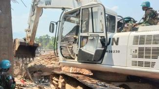 VIVA MIliter : TNI ikut membantu mencari korban reruntuhan bangunan di Kongo