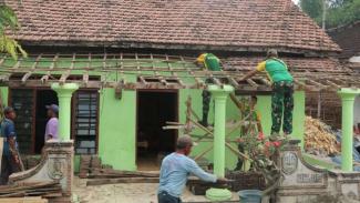 VIVA Militer: Proses Perbaikan Rumah Keponakan Nenek Sumiyati di Kediri