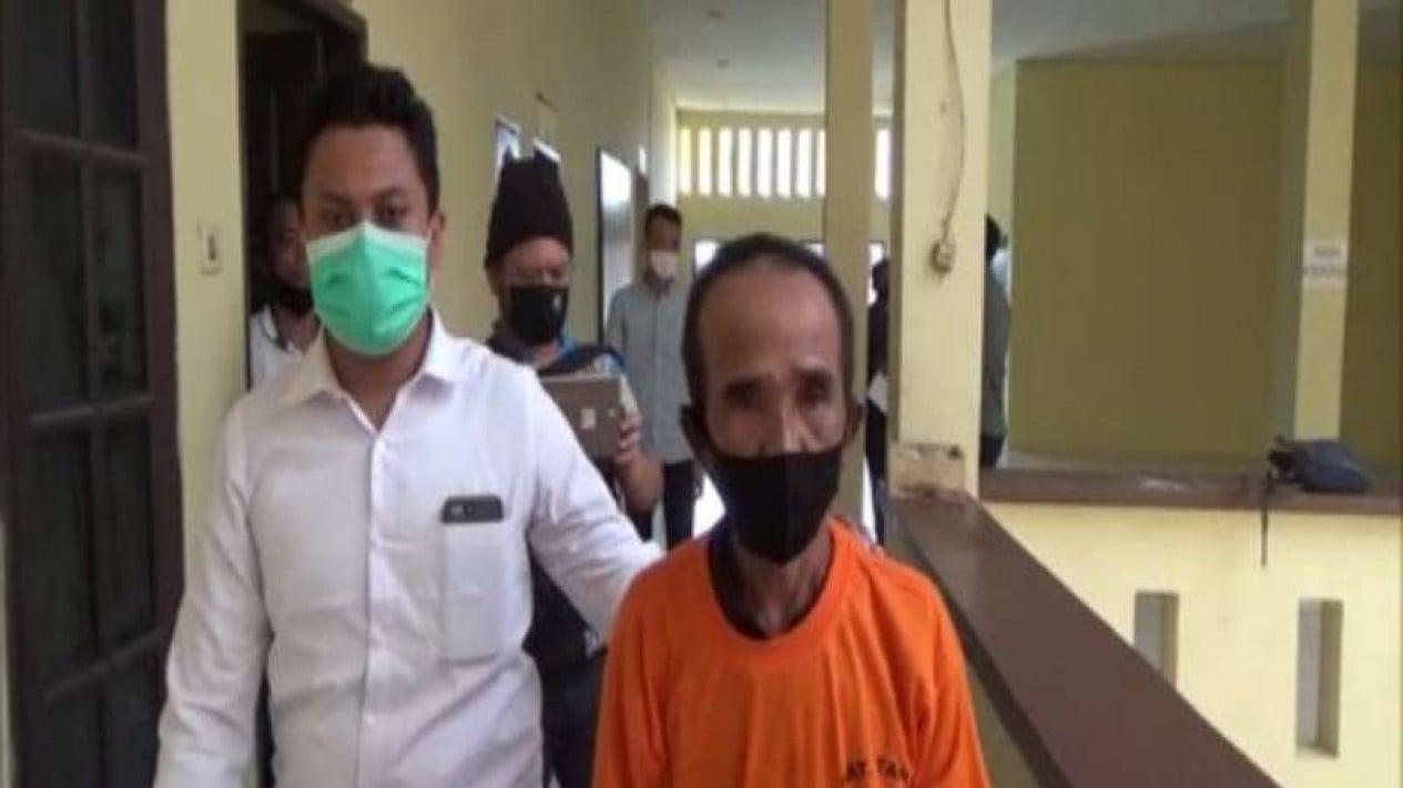 Pelaku S saat saat diamankan di Mako Polrestabes Medan.