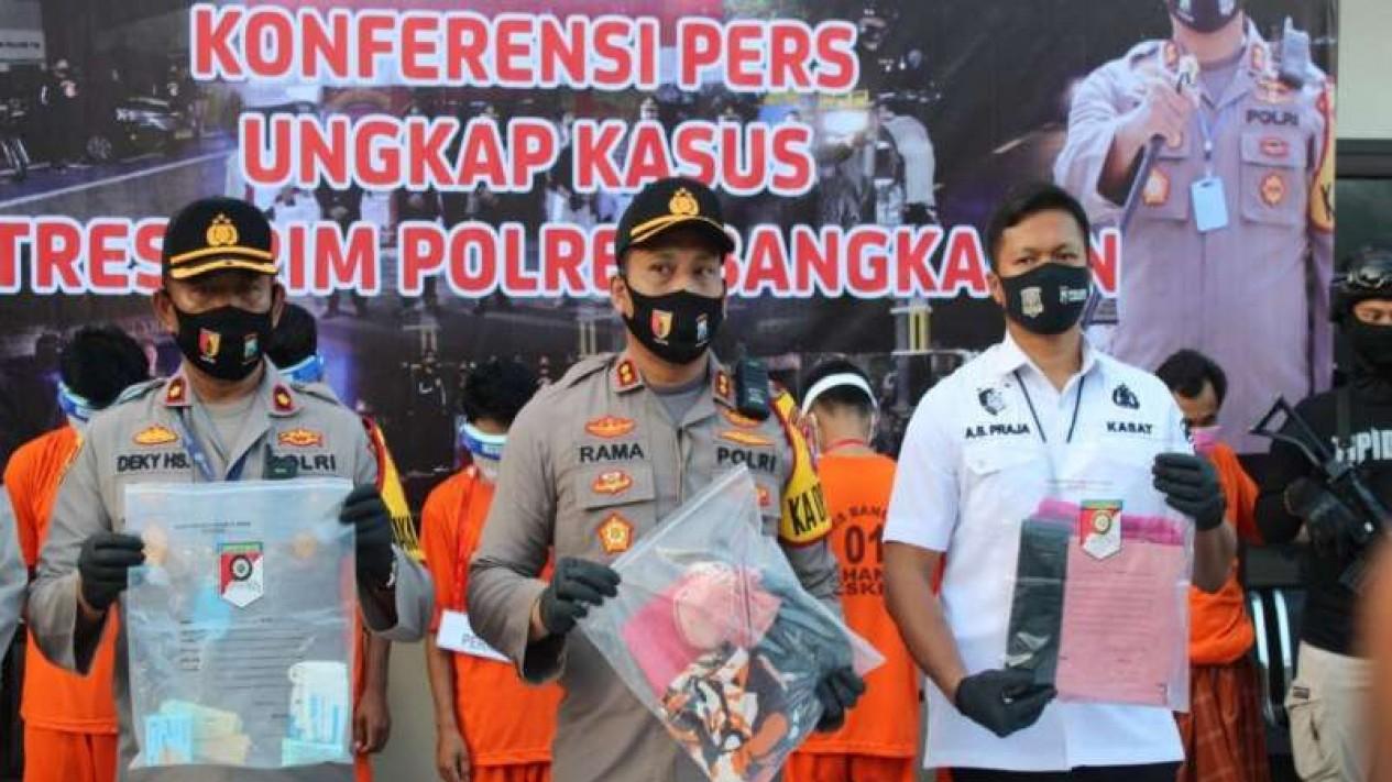 Polisi menunjukkan para tersangka pemerkosaan di Markas Polres Bangkalan, Madura