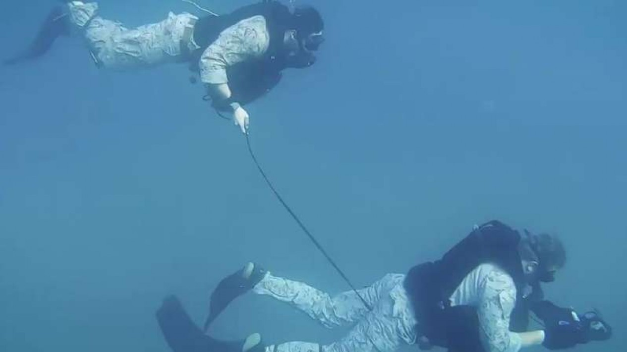 VIVA Militer: Prajurit Marinir di dalam lautan.