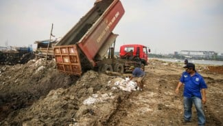Pekerja menggunakan alat berat menggarap proyek reklamasi Ancol di Jakarta