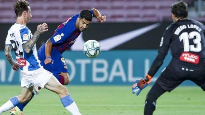 Striker Barcelona, Luis Suarez cetak gol ke gawang Espanyol