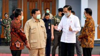 Presiden Jokowi saat akan bertolak ke Kalteng didampingi Menhan Prabowo.
