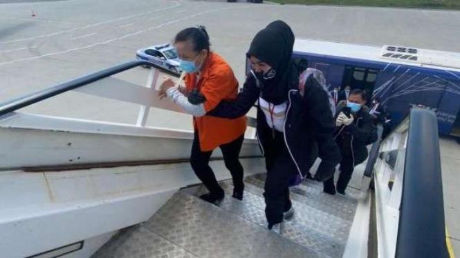 Maria Pauline Lumowa saat dibawa pulang dari Serbia ke Indonesia