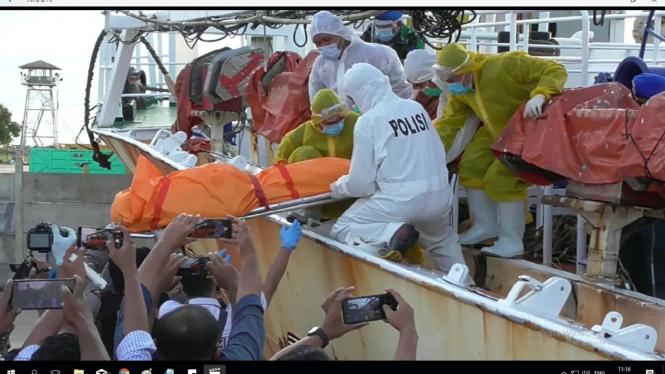 Tangkapan Layar Jenazah ABK WNI Dievakuasi Dari Kapal Ikan Berbendera China