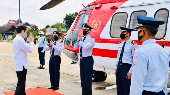 Presiden Joko Widodo Sebelum Naik ke Helikopter Merah Putih TNI AU