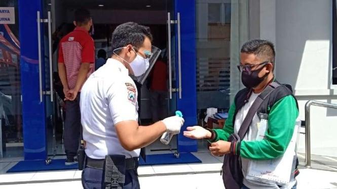 Pelayanan BRI Kantor Wilayah Malang di Jalan Laksamana Martadinata, Kota Malang dengan protokol kesehatan ketat setelah 7 karyawannya terinfeksi COVID-19.