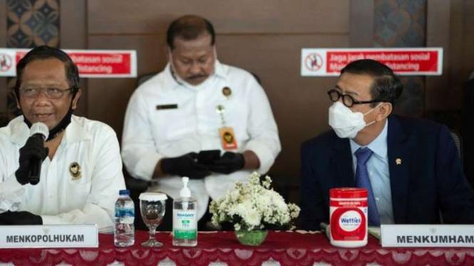 Menko Polhukam Mahfud MD (kiri) didampingi Menteri Hukum dan HAM Yasonna Laoly (kanan) menyampikan keterangan kepada wartawan terkait ekstradisi buronan pelaku pembobolan Bank BNI Maria Pauline Lumowa di Bandara Internasional Soekarno-Hatta (9/7/2020).