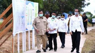 Presiden Jokowi bersama Menteri Pertahanan Prabowo Subianto dan Menteri Pertanian Syahrul Yasin Limpo saat meninjau lokasi lumbung pangan nasional (food estate) di Kalimantan Tengah. (Foto ilustrasi)