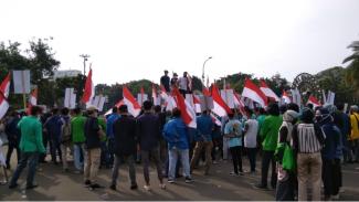 Para mahasiswa mendatangi Istana Negera, menuntut keadilan terhadap 4 korban penembakan oleh Novel Baswedan di Bengkulu.