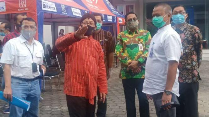 Wali Kota Malang Sutiaji menginspeksi kondisi Kantor Wilayah Bank Rakyat Indonesia (BRI) Malang setelah 7 karyawan bank itu terkonfirmasi positif COVID-19 pada Kamis, 9 Juli 2020.