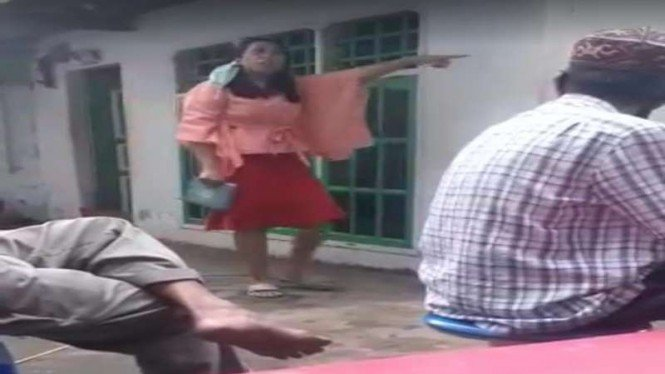 Tangkapan layar video wanita di Makassar melempar Alqur'an