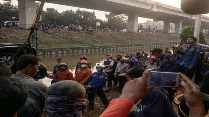 Lokasi kecelakaan tunggal sebuah mobil tercebur di Kalimalang