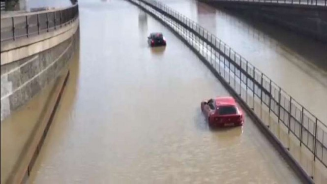 Mobil Ferrari FF terendam banjir