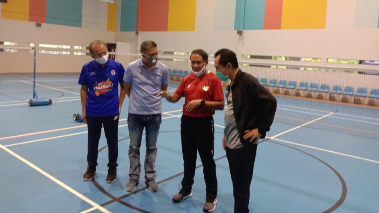 Menpora Zainudin Amali dan Waketum PSSI Iwan Budianto meninjau GBK Arena.