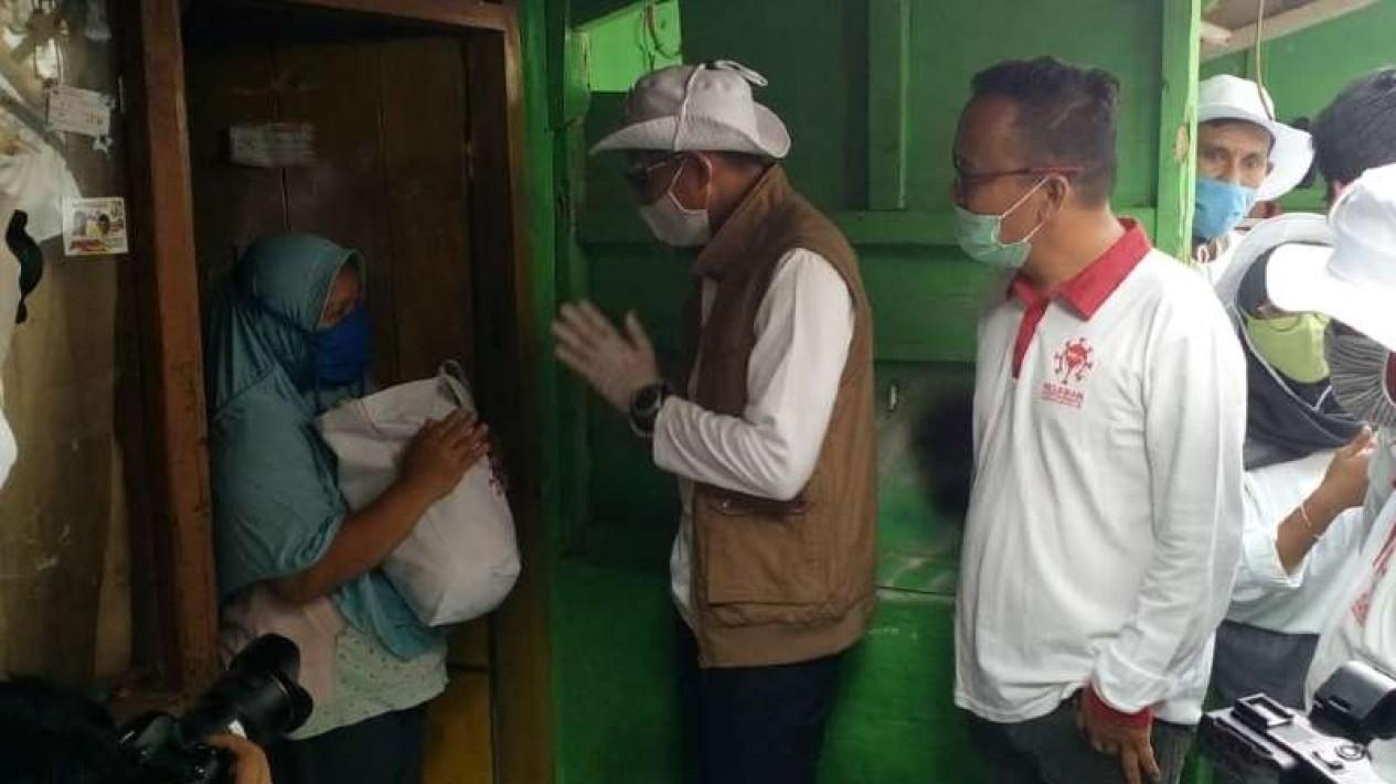 Ketua Relawan Indonesia Bersatu Lawan Covid-19, Sandiaga Salahuddin Uno, saat membagikan ratusan paket sembako kepada sejumlah warga terdampak COVID-19 di Depok, Jumat, 10 Juli 2020.