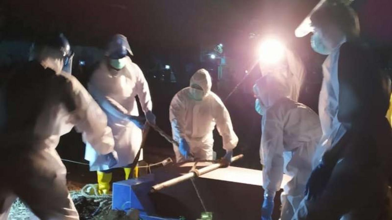 Komisaris Polisi Sutiono bersama Public Safety Center 119 Malang saat pemulasaran jenazah COVID-19 di Kota Malang.
