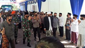 Panglima TNI Marsekal Hadi Tjahjanto dan Kapolrsi Jenderal Idham Aziz di Pesantren Subulul Huda, Kembang Sawit, Kabupaten Madiun, Jawa Timur, pada Jumat, 10 Juli 2020.