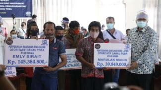 Santunan uang kerohiman untuk petani di Danau Toba, Sumatera Utara.