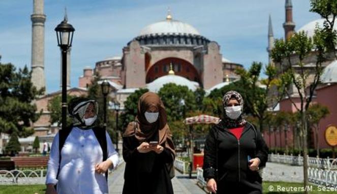https://thumb.viva.co.id/media/frontend/thumbs3/2020/07/11/5f09297d68679-keputusan-pengadilan-turki-buka-jalan-hagia-sophia-jadi-masjid_663_382.jpg