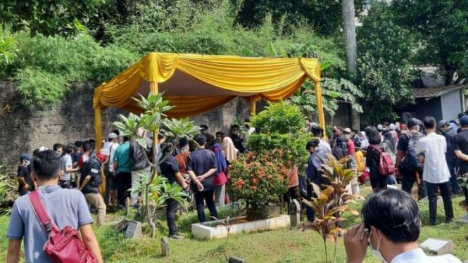 Para pelayat dalam pemakaman Yodi Prabowo, editor Metro TV, di tempat permakaman