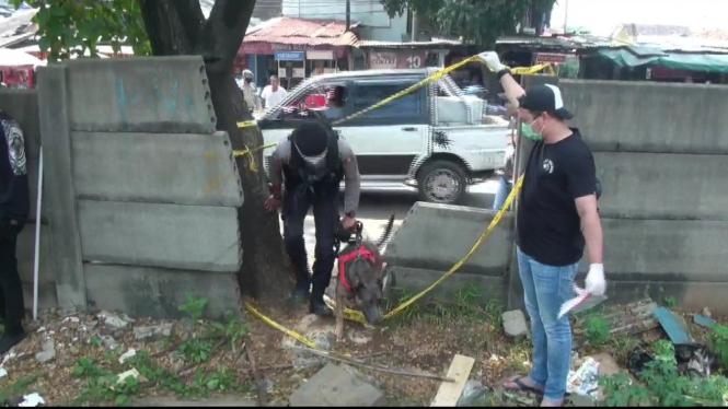 Polisi mengerahkan anjing pelacak di lokasi penemuan mayat jurnalis Metro TV, Yodi Prabowo, di Kecamatan Pesanggrahan, Jakarta Selatan, pada Sabtu, 10 Juli 2020.