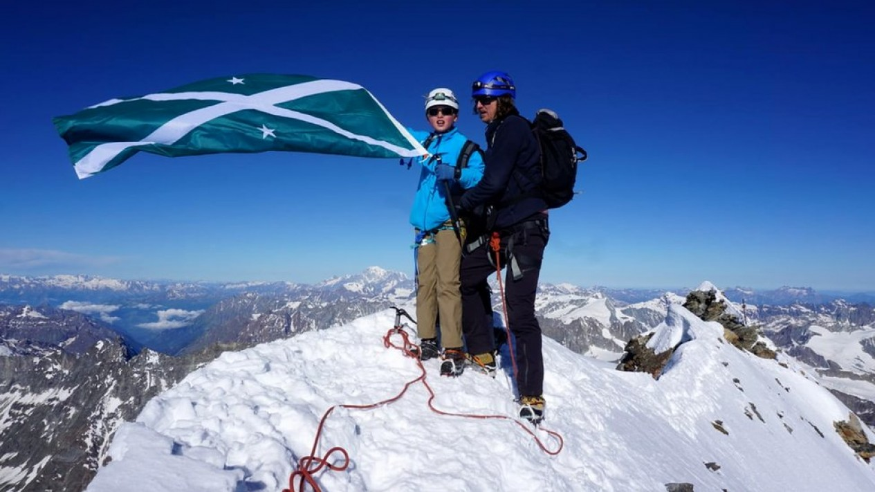 Jules Molyneaux, menaklukkan Matterhorn bersama ayahnya dan mengibarkan bendera sekolahnya.-CHRIS MOLYNEAUX