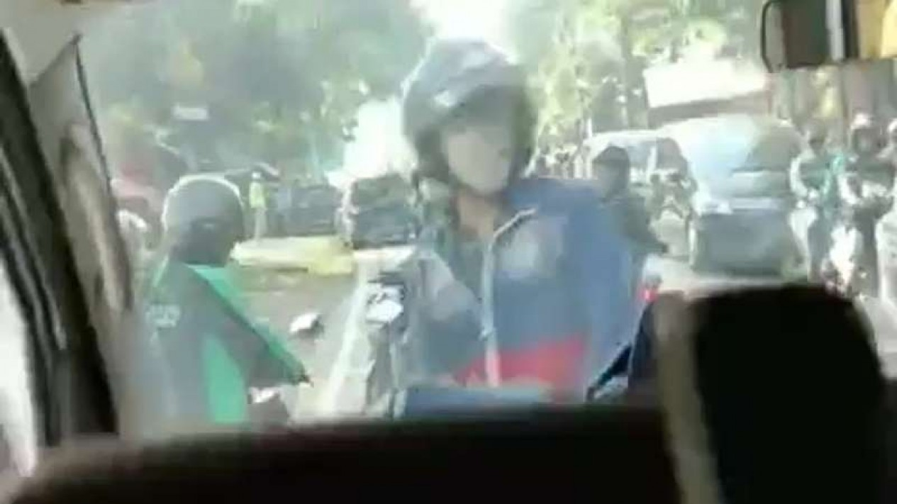 Seorang pengendara motor nekat mengadang dan menghardik pengemudi mobil ambulans di Depok, Jawa Barat, pada Sabtu siang, 11 Juli 2020.