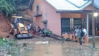 Ribuan rumah warga di Kabupaten Melawi, Kalimantan Barat, terendam banjir dan lalu lintas jalan darat terpusat pada Sabtu, 11 Juli 2020.