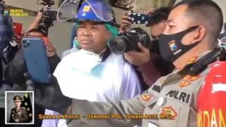 Kepala Polri Jenderal Polisi Idham Azis menghubungi langsung melalui video call seorang polisi yang menjadi relawan pemulasaraan jenazah COVID-19 di Malang.