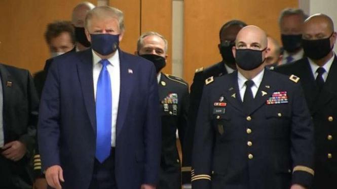 VIVA Militer: Presiden Amerika Serikat, Donald Trump, memakai masker
