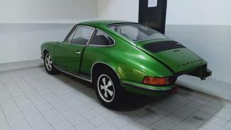 Mobil Porsche klasik dalam proses restorasi di Bengkel Resmi
