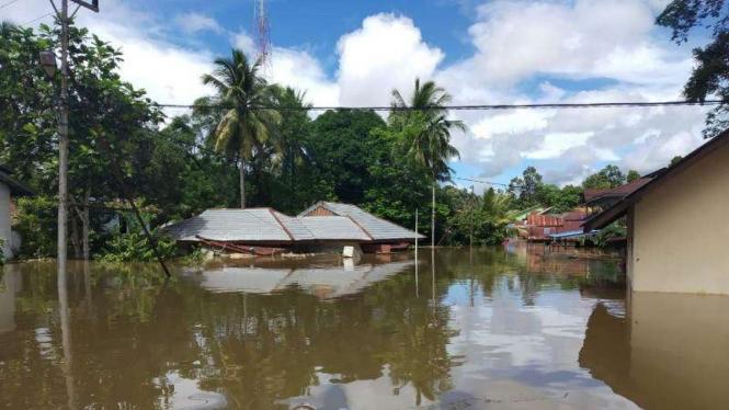 Banjir landa Kabupaten Sintang, Kalimantan Barat, pada Minggu, 12 Juli 2020.