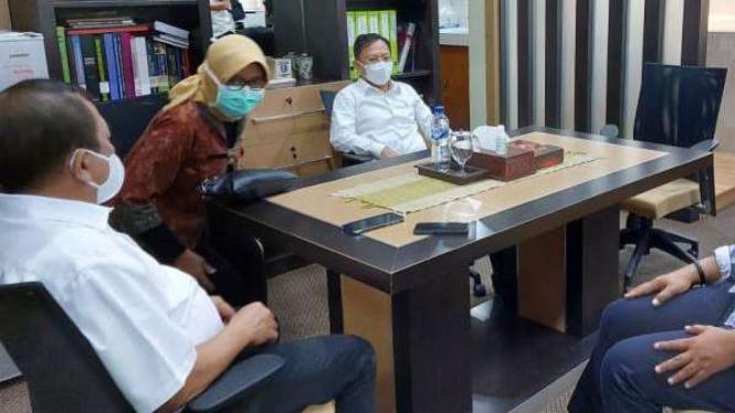 Menteri Kesehatan Terawan Agus Putranto ngantor di Surabaya.