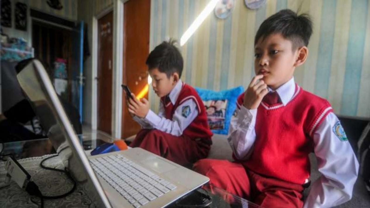 Siswa SD tengah melakukan belajar secara daring atau online di masa pandemi