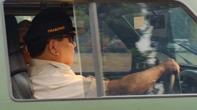 Menhan Prabowo Subianto menyetir mobil baru Pindad yang diberi nama Maung