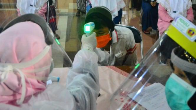 Pemeriksaan kesehatan terhadap santri di pesantren (foto ilustrasi)