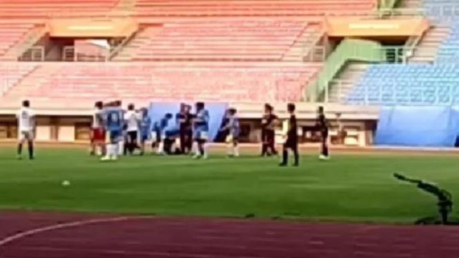 Aksi Brutal Pemain menganiaya Wasit di Bekasi.