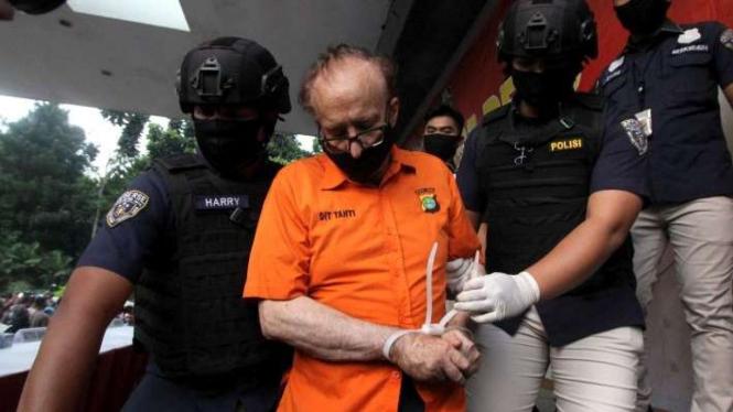 Polisi mengawal warga Perancis, FAC, tersangka kasus pencabulan atas 305 anak usai gelar perkara eksploitasi seksual terhadap anak di Markas Polda Metro Jaya, Jakarta, Kamis (9/7/2020).