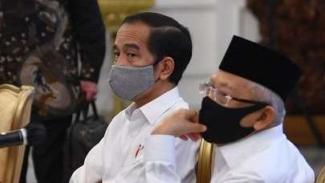 Presiden Joko Widodo (kedua kanan) didampingi Wakil Presiden Ma'ruf Amin (kanan) bersiap memimpin rapat kabinet terbatas mengenai percepatan penanganan dampak pandemi COVID-19 di Istana Merdeka, Jakarta, Senin (13/7/2020).