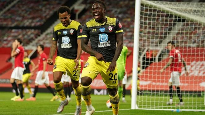 Pemain Southampton merayakan gol ke gawang Manchester United